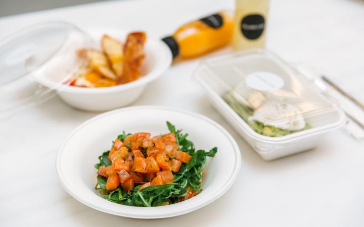 Ελαφριά γεύματα, ζεστά πιάτα, coffee break σε ατομικά lunch boxes